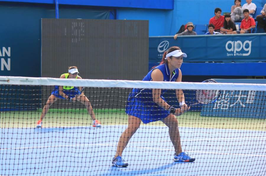 詹詠然(前)與詹皓晴(後)姐妹在杜哈女網賽逆轉擊敗俄羅斯組合,闖進決賽。(報系資料照)