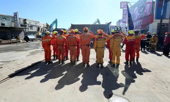新竹縣消防隊在離去前,全體隊員向災變現場行禮致哀。(王爵暐攝)