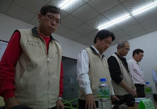 台南市長賴清德(左二)率消防局長李明峰(左)、副市長曾旭正(右二),台南土木技師公會理事長鄭明昌(右)為罹難者默哀。(方濬哲攝)