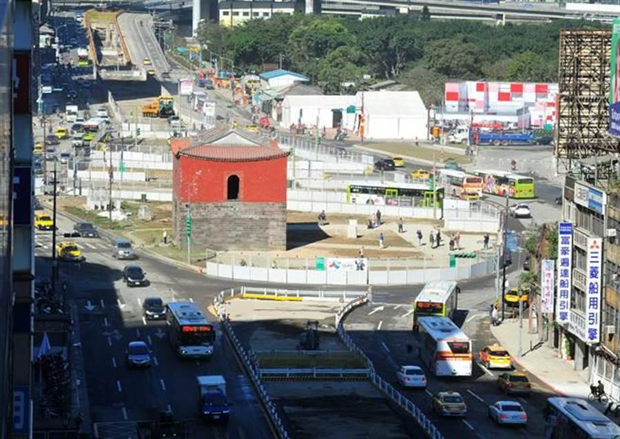 台北市政府施作忠孝橋引橋拆除工程提前完成,13日上午8時起恢復忠孝西路全線通車。(劉宗龍攝)