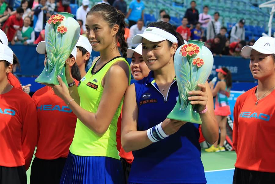 「詹家姊妹」詹詠然(右)、詹皓晴(左)成功為台灣留下WTA台灣賽雙打后冠。(周鎮宇攝)