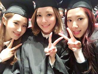 大學唸8年 朴信惠笑著與少時學妹一起畢業!