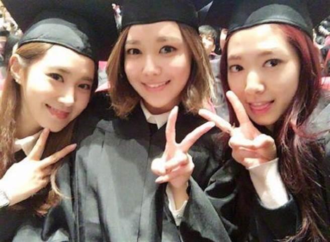 三位女生開心合影。(圖/取材自韓星網)