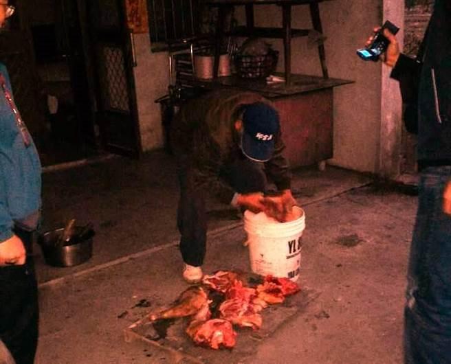 雲林縣動植物防疫所人員與警方查扣狗肉一袋,慘不忍睹。(周麗蘭攝)