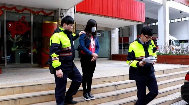 大陸籍林姓女子持醫美健檢護照來台,卻在蘆洲從事性交易,昨被員警逮捕。(陳柔瑜攝)