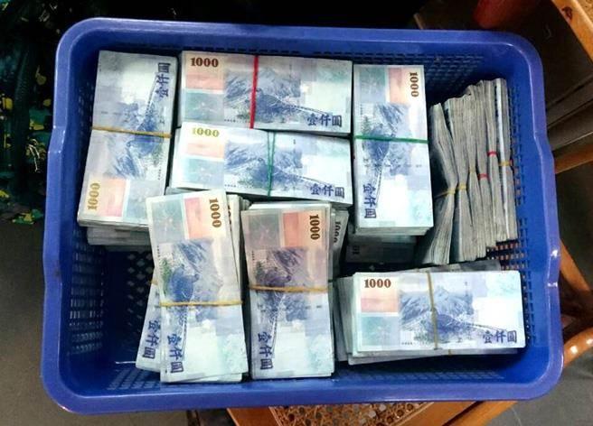 一名葉姓旅客未主動口頭或書面申報,私自將550萬台幣藏置行李,意圖出境至香港,遭後查獲後,依違反中央銀行法規定,超額新台幣予以退運。圖為示意圖。(航警提供)
