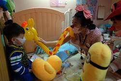 小丑醫生白色巨塔查房 帶給病童歡樂