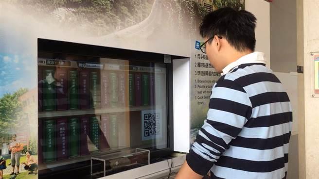 中山電子商務研究中心研發O2O(離線商務模式)創新電子書櫃,讓讀者可以在書店直接瀏覽電子書並購買、收藏或下載。(圖/中山大學提供)