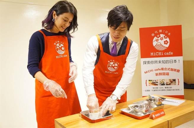 ↑   莎莎小秀手藝,馬上就完成日式蜂蜜梅子飯團。(MiCHi cafe提供)