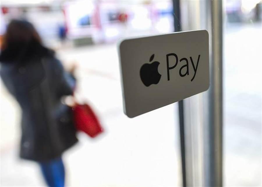 蘋果行動支付服務Apple Pay今天正式在中國上路,但大陸一名記者實際走訪7間店,卻只有2間順利完成交易。(圖/新華社)