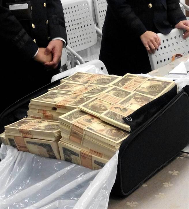 桃園機場查獲日本籍旅客攜帶1億1千9百萬元舊款日幣鈔票,這是近年來桃園機場查獲最大數量的日幣闖關案件。(高興宇翻攝)
