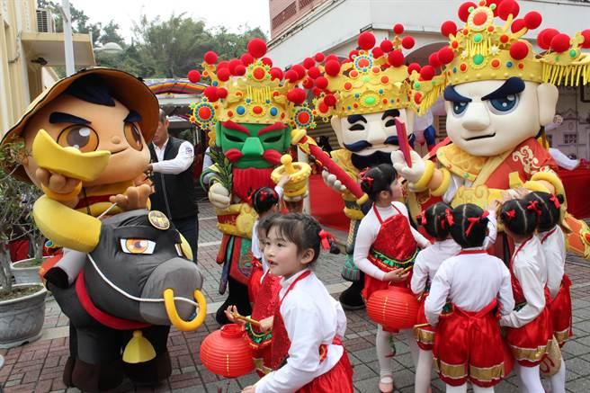 台灣彰化燈會20日起至3月6日在彰化藝術館、利和停車場登場,南鯤鯓代天府也推出6尊神偶來助陣。(吳敏菁攝)