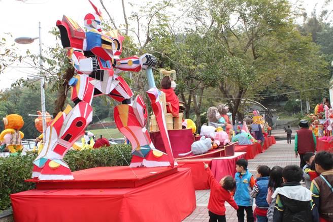 台灣彰化燈會20日起至3月6日在彰化藝術館、利和停車場登場,各式各樣花燈,吸引參觀人潮。(吳敏菁攝)