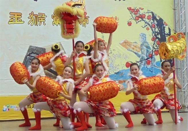 小朋友在新春開筆登場表演,洋溢年節氣氛。(廖志晃攝)