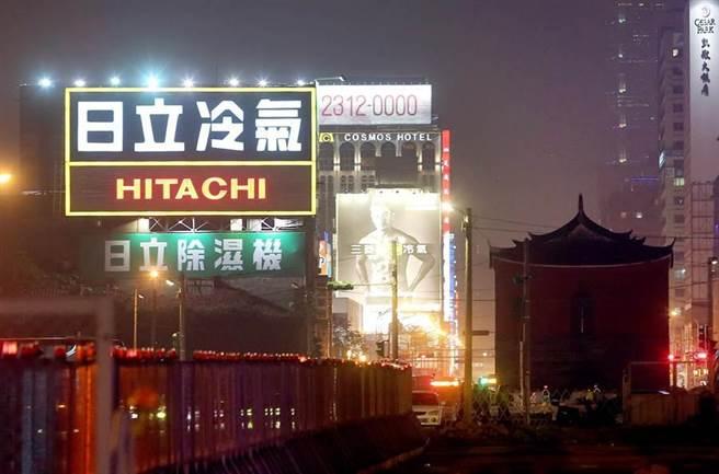 北門附近隨處可見大型廣告看板。(趙雙傑攝)