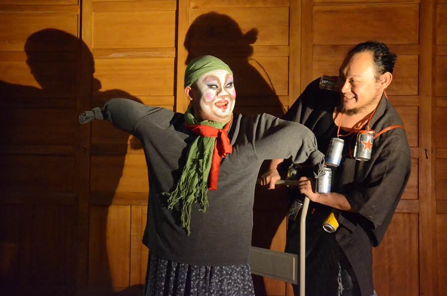 落語家戴開成(右)和幽默劇演員吳宗恩(左),把台北大稻埕百年米倉當作環境劇場,合作演出《流浪到稻埕》。(思劇場提供)