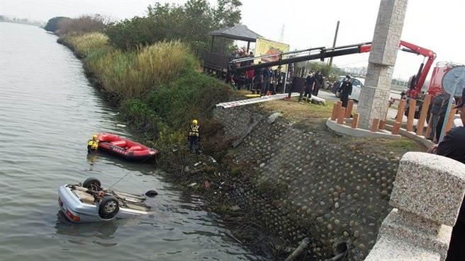 彰化埔鹽舊濁水溪石碑橋段有自小客車落水,警消搶救車內的人。(鐘武達翻攝)