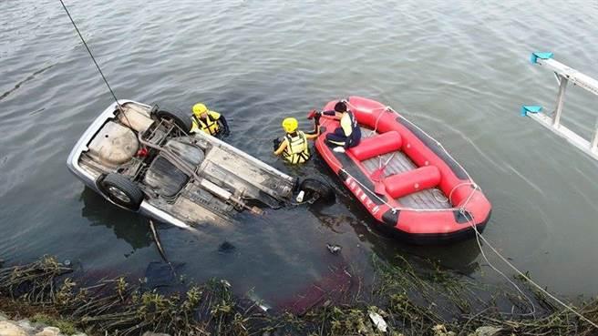 彰化消防局搜救人員搶救落水的自小客車內的人員。(鐘武達翻攝)