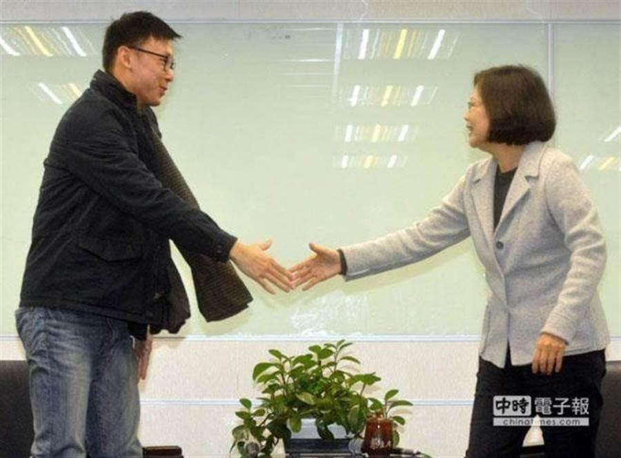 民進黨主席蔡英文接見太陽花學運領袖林飛帆。(本報系資料照)