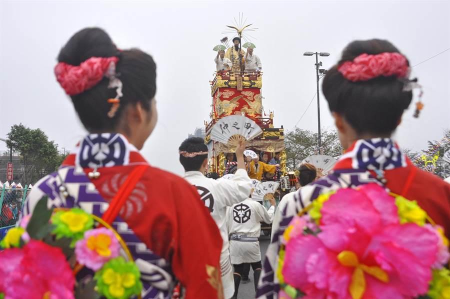 日本山車遊行隊伍,為台灣燈會踩街暖場。(楊明峰攝)