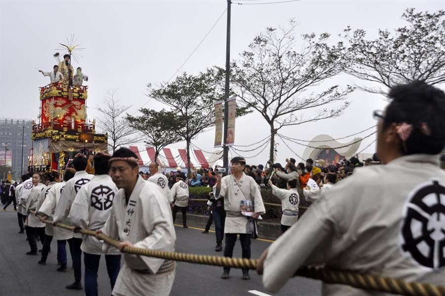 祇園祭山車由參與祭典的男性以繩子拉動。(楊明峰攝)