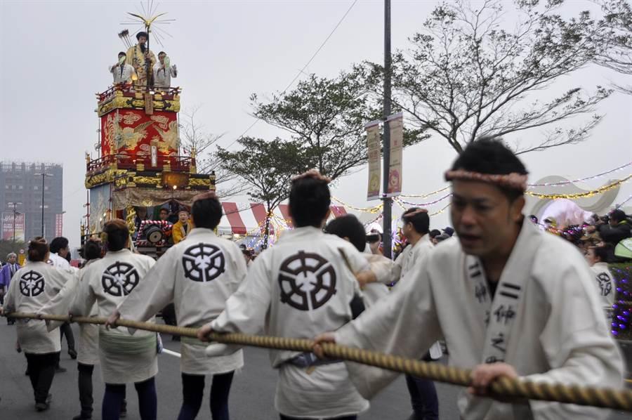 祇園祭山車由參與祭典的男性以繩子拉動2。(楊明峰攝)