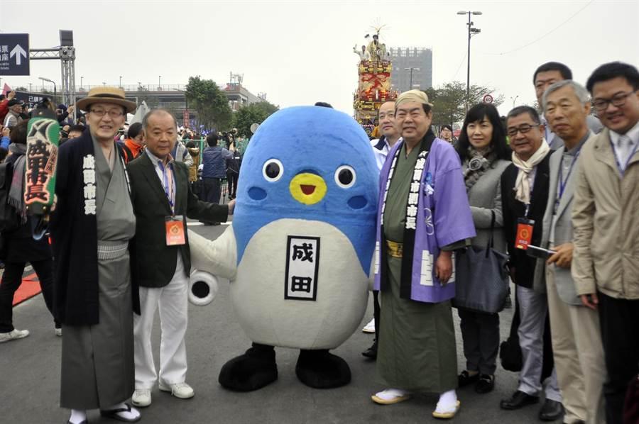 成田市長與吉祥物來台參與燈會。(楊明峰攝)