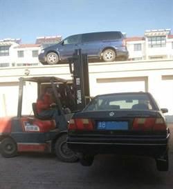 青島2輛車車庫前亂停 被架上房頂