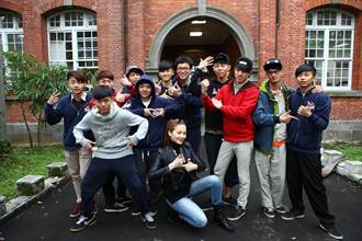 王曉書大學追求者眾 指導小鮮肉手語示愛