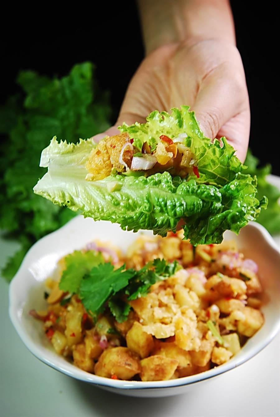 全素的〈泰式豆腐酥〉是用炸豆腐與酥炸黃豆餅乾,與花生、辣椒、紅洋蔥和檸檬葉搭配作餡,以生菜葉包捲吃食。(圖/姚舜攝)