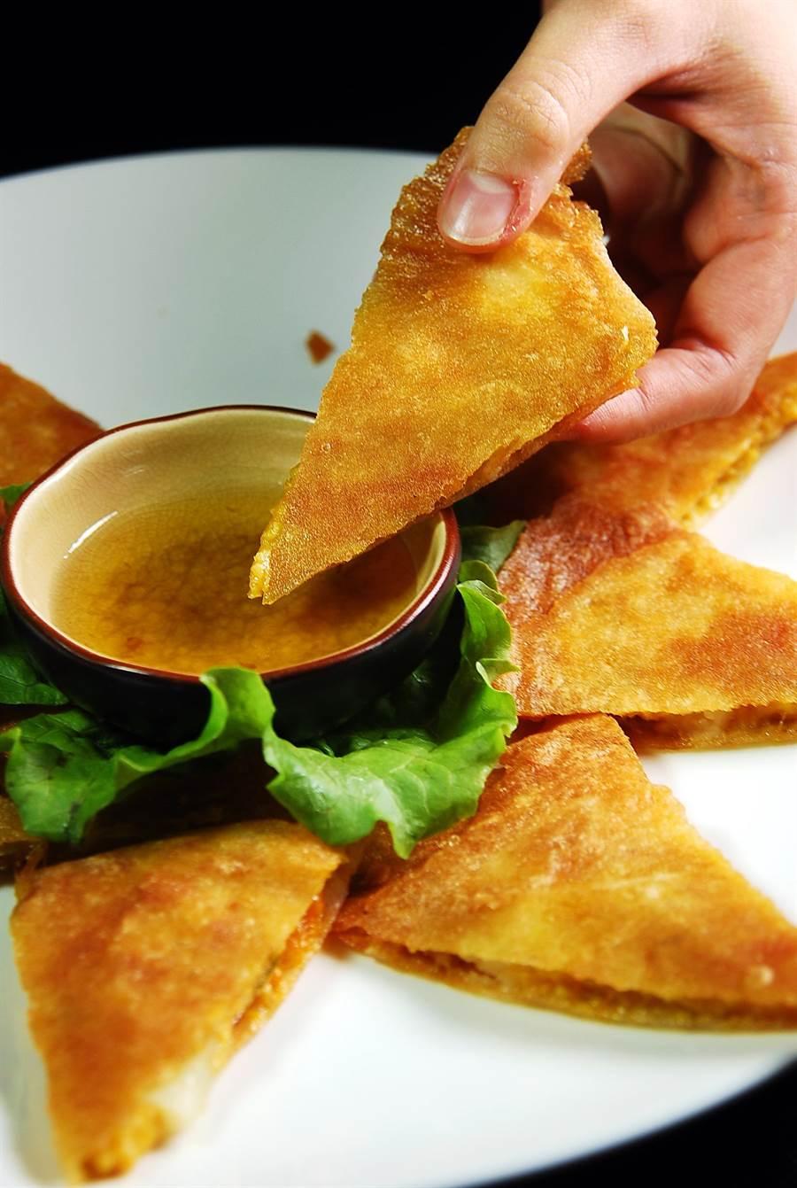 用春捲皮作的〈月亮餅〉,是用馬鈴薯和南瓜泥混合作餡,吃食時可以沾著用羅旺子與地瓜粉調製的醬汁提味。(圖/姚舜攝)