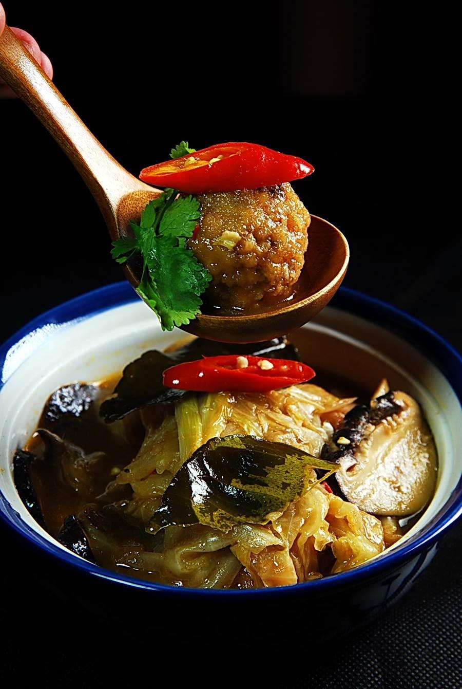 〈Green Room〉最新研發的菜式〈獅子頭〉,是用馬鈴薯、胡蘿蔔、豆腐泥、玉米粉和麵粉作成丸子,再與泰式酸辣湯煨煮而成。(圖/姚舜攝)