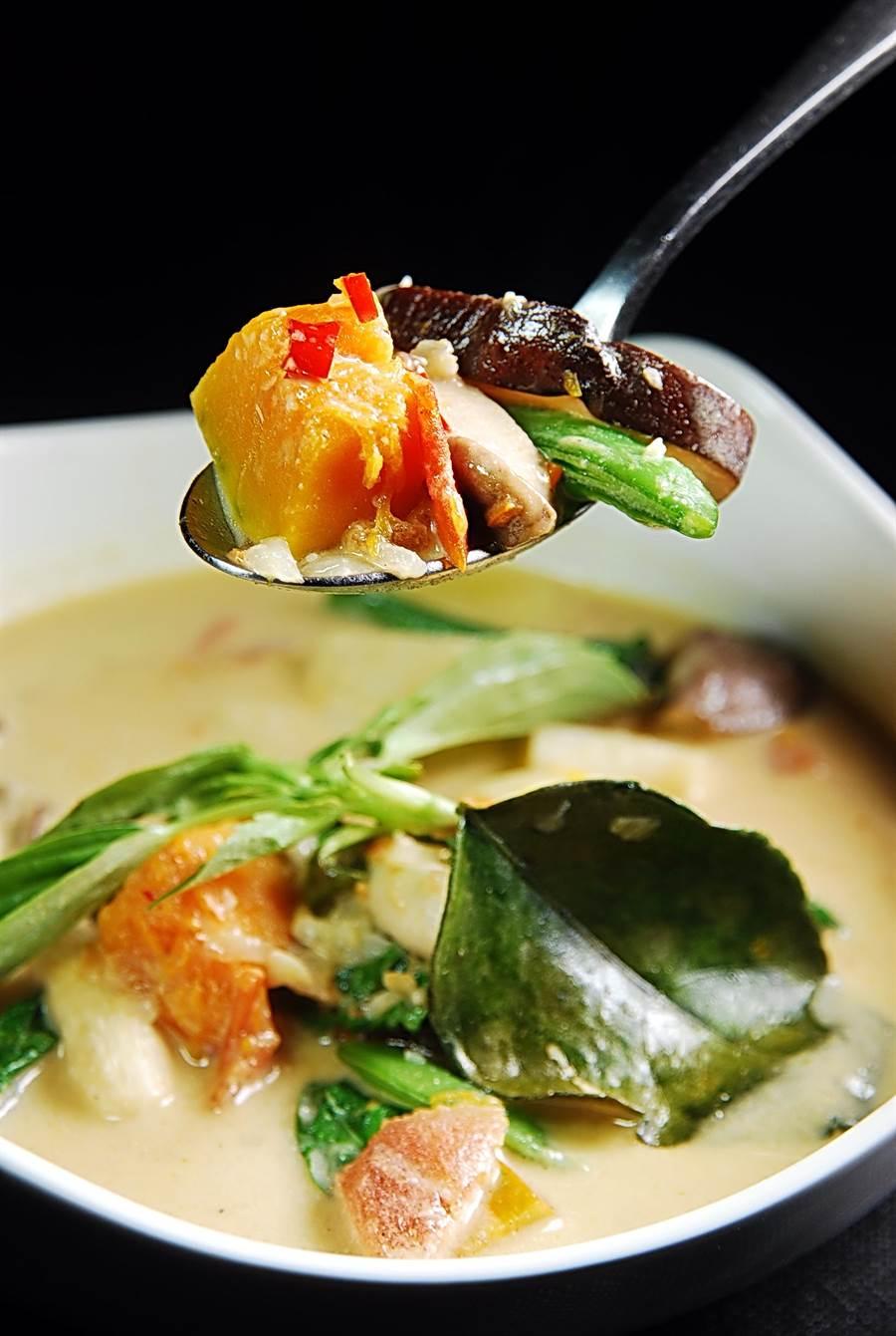 〈Green Room〉的〈綠咖哩〉,內有香菇、腰豆、豌豆、南瓜、胡蘿蔔與馬鈴薯等食材,咖啡醬汁淋在飯上亦非常開胃下飯。(圖/姚舜攝)