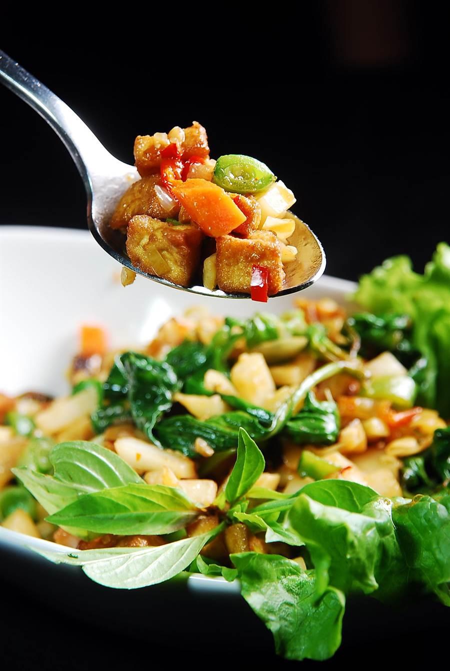〈打拋時蔬〉是用泰國進口打拋醬炒製豆腐丁、甜豆丁、胡蘿蔔丁和茄子丁,非常開胃。(圖/姚舜攝)