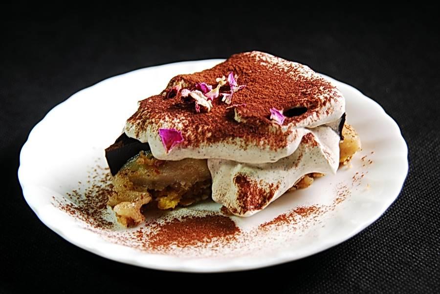 這個〈提拉米蘇〉的派皮是用多種榛果打成泥後低溫烘烤製成,中間的加納許則是用苦甜巧克力加椰油直接煮到水份蒸發後再冷凍凝成塊狀,植物性鮮奶油上還點綴了有機玫瑰花瓣。(圖/姚舜攝)