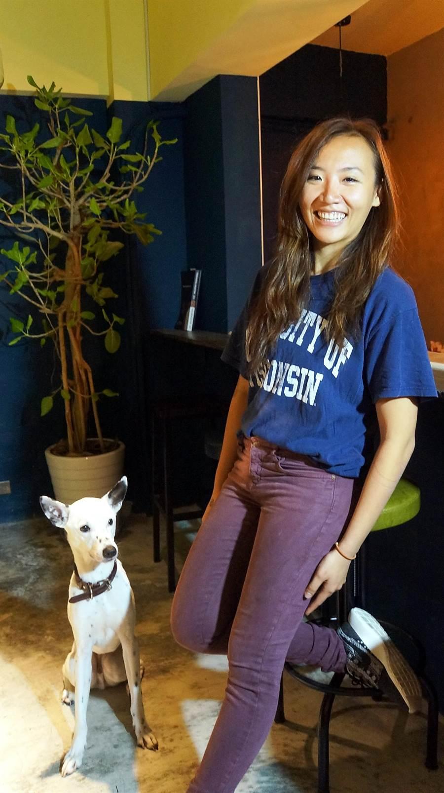 7年5班的Vivian張雅倫創業開蔬食泰菜餐廳〈Green Room〉,客人並可帶竉物入內。(圖/姚舜攝)