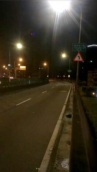 首座智慧LED路燈裝北市快速道 深夜降亮度、故障會回報