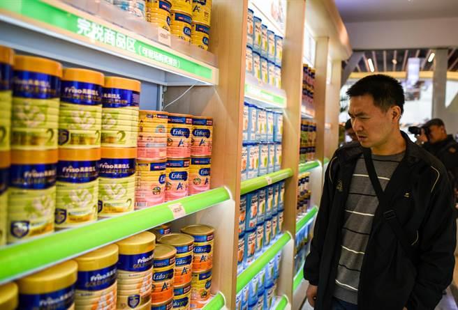 大陸消費者對本地奶粉品質不信任,透過各種管道在海外大量搶購,已經引起許多國家恐慌。圖為深圳的消費者在商場選購配方奶粉。(圖/新華社)