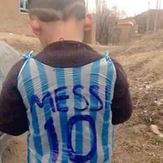 5歲塑膠袋足球迷 如願拿到梅西簽名球衣