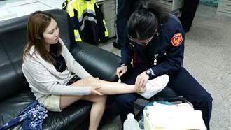 韓遊客老街受傷 警熱心幫上藥