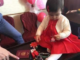 梁詠琪1歲女兒抓周能文能武