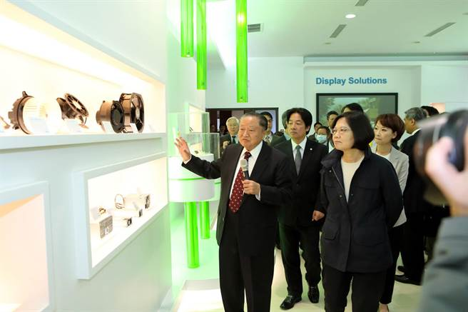台達電創辦人鄭崇華(左1)親自蔡英文主席介紹台達電節電產品。(陳惠珍攝)