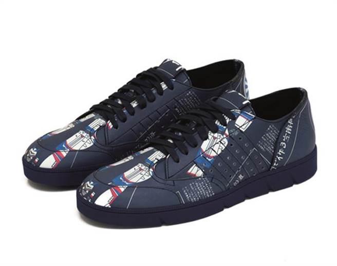 LOEWE太空銀河深藍運動鞋擷取動漫元素,建議售價28,000元。圖片提供/LOEWE