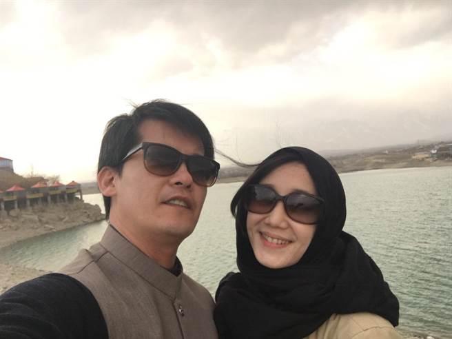 謝哲青(左)與老婆開心合照。(八大提供)