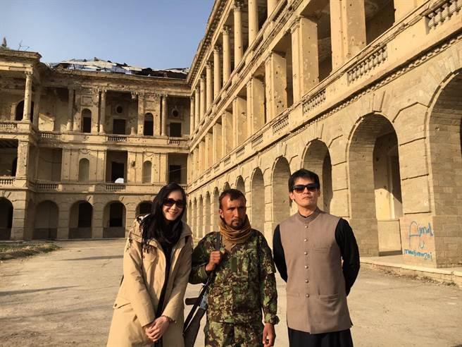 謝哲青(右)與老婆娃娃日前飛阿富汗旅行。(八大提供)