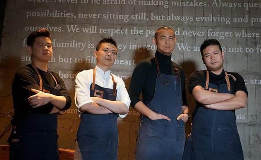 江振誠(右二)在台主持的RAW餐廳,今年才營運滿周年即躋身「亞洲最佳50餐廳」排行榜。(圖/姚舜攝)