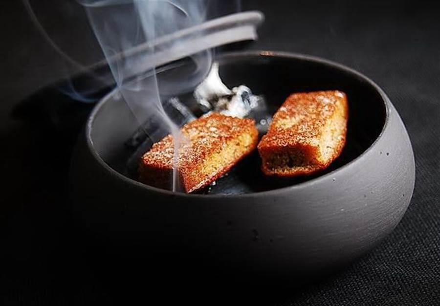 江挀誠在RAW餐廳周年慶時設計的甜點,傳統法式「金融家蛋糕」用僿長炭烤過後風味更濃。(圖/姚舜)