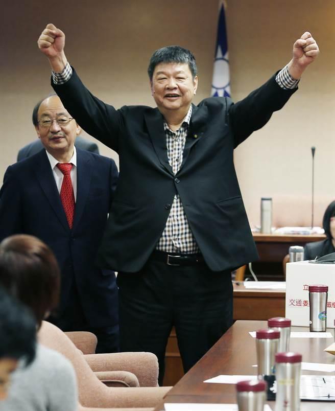 陳雪生(圖中)抽中2席中的1席召委,高興地振臂慶祝。(姚志平攝)