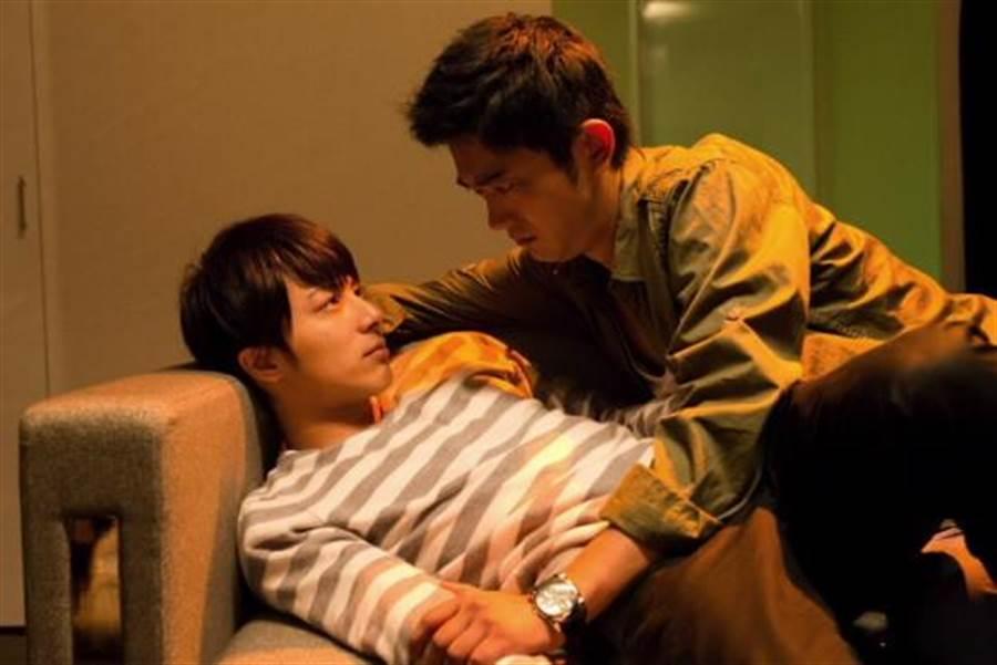 谷口賢志(右)與米原幸佑在片中演出男男親密戲。(圖/又水整合)