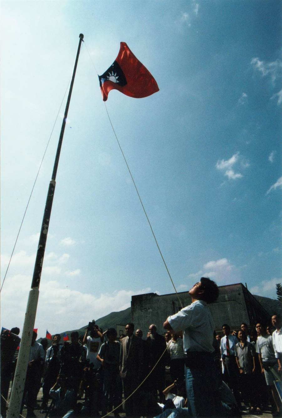 1995年10月10日,調景嶺居民於遷移前舉行最後一次的中華民國雙十國慶升旗典禮。(葉清芳攝)